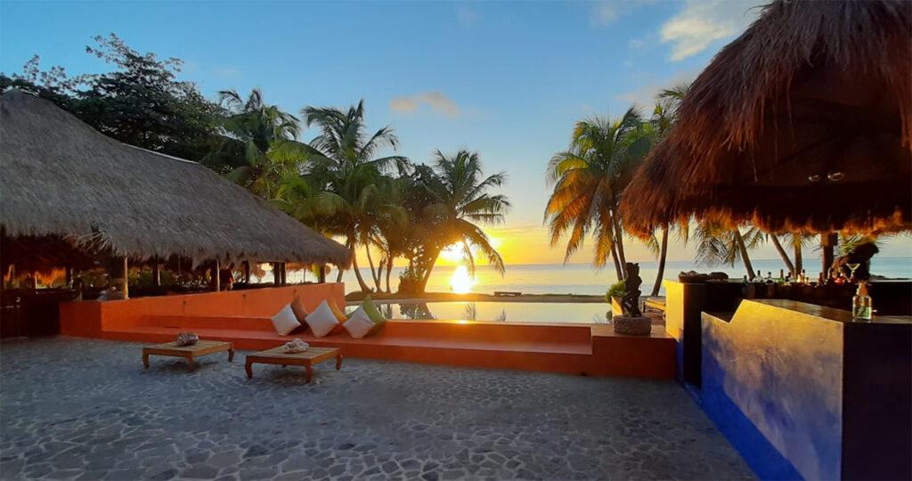 Laluna Sunset Bar and Lounge on the beach